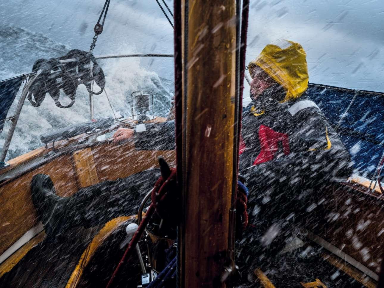 «Ζήσε την Περιπέτεια». Ο έμπειρος καπετάνιος Γιάσεκ Πασικόφσκι διασχίζει την Βαλτική Θάλασσα, από τις ακτές της Σουηδίας με κατεύθυνση την Πολωνία, μέσα σε τρομερή καταιγίδα και άγρια κύματα, παραμένοντας ήρεμος και χαλαρός