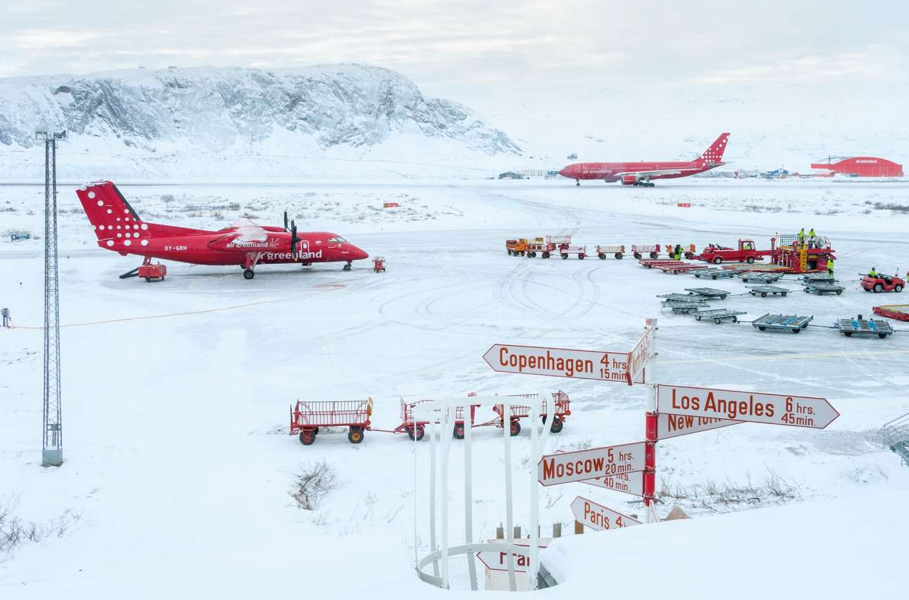«Το Πνεύμα του Ταξιδιού». Τα κόκκινα αεροπλάνα της Air Greenland ξεχωρίζουν στο χιονισμένο, πολυσύχναστο αεροδρόμιο Kangerlussuaq της Γροιλανδίας. Αυτό το απλό χρωματικό μοτίβο της εικόνας τράβηξε την προσοχή του φωτογράφου, ο οποίος περίμενε τρεις ημέρες την πτήση του να αναχωρήσει λόγω κακοκαιρίας
