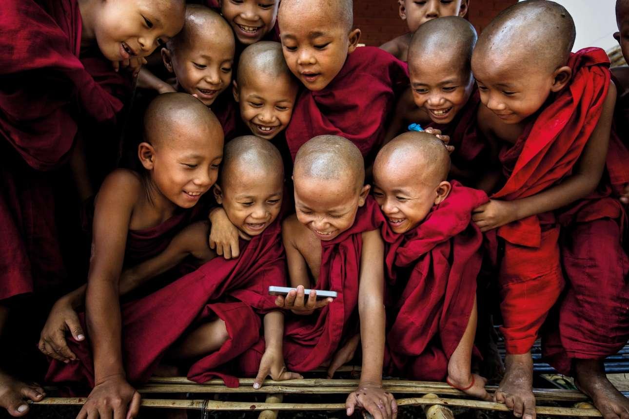 Φιναλίστ στη κατηγορία το «Πνεύμα του Ταξιδιού». Ορφανά που εκπαιδεύονται για να γίνουν βουδιστές μοναχοί στο μοναστήρι Shwe Gu της Μιανμάρ, ξεσπούν σε γέλια με το αστείο βίντεο που τους δείχνει ο φωτογράφος στο κινητό του. «Μόλις τους είδα να γελούν, αμέσως έβγαλα την κάμερά μου γα να αιχμαλωτίσω τη μαγική στιγμή» γράφει ο ινδονήσιος φωτογράφος