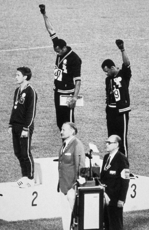 Από τις πιο εμβληματικές φωτογραφίες εκείνης της χρονιάς, οι Αμερικανοί Τόμι Σμιθ και Τζον Κάρλος ανεβαίνουν στο βάθρο για την απονομή των μεταλλίων στα 200 μέτρα στους Ολυμπιακούς του Μεξικού και υψώνουν τις γροθιές τους κατά την ακρόαση του αμερικανικού εθνικού ύμνου, καταγγέλλοντας με αυτόν τον τρόπο τον ρατσισμό εναντίον των μαύρων