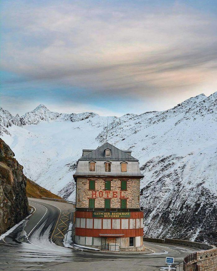 Το ξενοδοχείο «Belvedere» στις Ελβετικές Αλπεις. Είχε εμφανιστεί στην ταινία του Τζέιμς Μποντ « Χρυσοδάκτυλος», αλλά θα ταίριαζε σίγουρα περισσότερο σε ταινία του Αντερσον...