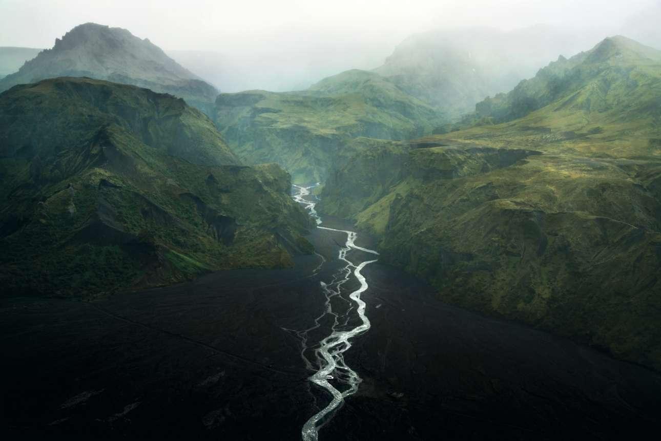 «Στην Ακρη του Νερού».  Ενα τοπίο που κόβει την ανάσα, η κοιλάδα του Θορ στην Ισλανδία, όπου παραλίγο ο φωτογράφος να βουλιάξει με το αυτοκίνητό του στον ποταμό πριν τραβήξει το παραπάνω εκπληκτικό καρέ