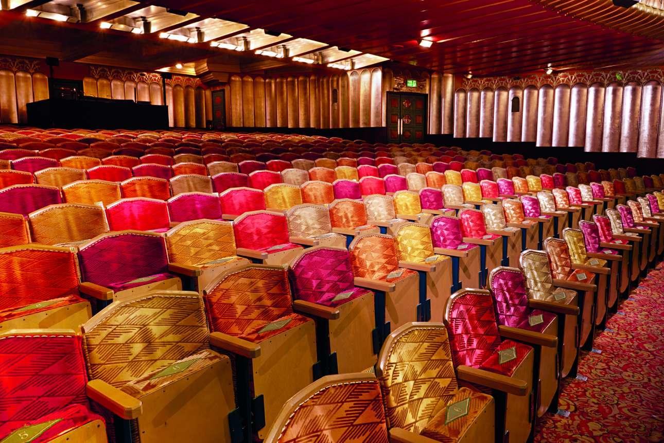 Το αρτ ντεκό αριστούργημα του 1929, το θέατρο Savoy, αποκαταστάθηκε πλήρως μετά από πυρκαγιά το 1990. Κάθε θέση της πλατείας του θεάτρου έχει και διαφορετικό χρώμα: τρεις αποχρώσεις του κόκκινου, κίτρινο και πράσινο