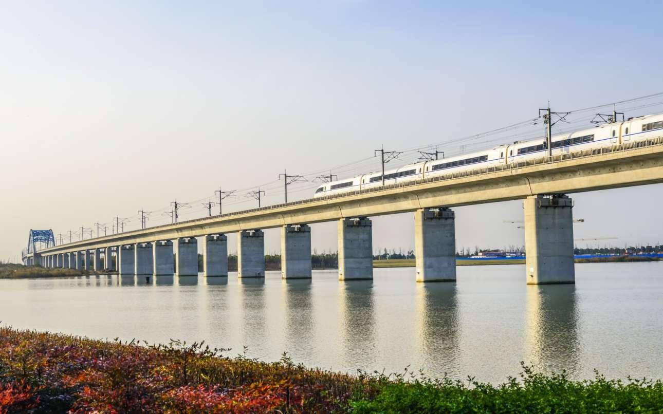 Η γέφυρα Danyang-Kunshan με μήκος 164,8 χλμ είναι η μεγαλύτερη στον κόσμο. Ανοιξε το 2011 και μεταφέρει αμαξοστοιχίες στο σιδηροδρομική σύνδεση υψηλής ταχύτητας Πεκίνου - Σαγκάης