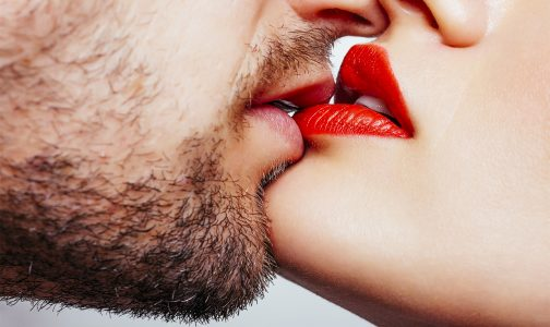 Closeup_Kiss_359366072