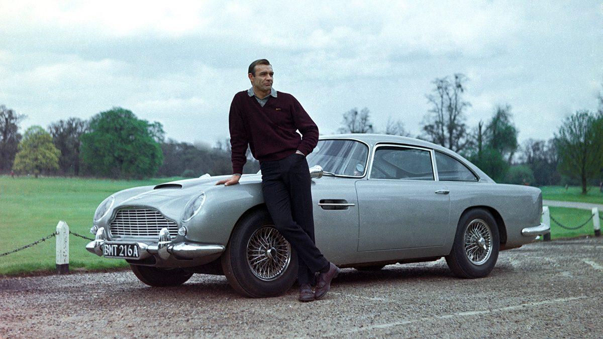 Aston Martin DB5. Εγινε διάσημη από τη θρυλική ταινία του 007 «Χρυσοδάχτυλος». Το 4,5 μέτρων αυτοκίνητο διαθέτει έναν 6κύλινδρο κινητήρα με τρία καρμπιρατέρ, απόδοσης 280 ίππων, φτάνει τα 0-100 χλμ. την ώρα σε 7,1 δευτερόλεπτα και η τελική του είναι 232 χλμ./ώρα. Την ασημί Aston Martin, με κόκκινα δερμάτινα καθίσματα, είχε οδηγήσει ο Σον Κόνερι ως Τζέιμς Μποντ το 1964 στις ελβετικές Αλπεις, σε σκηνή καταδίωξης