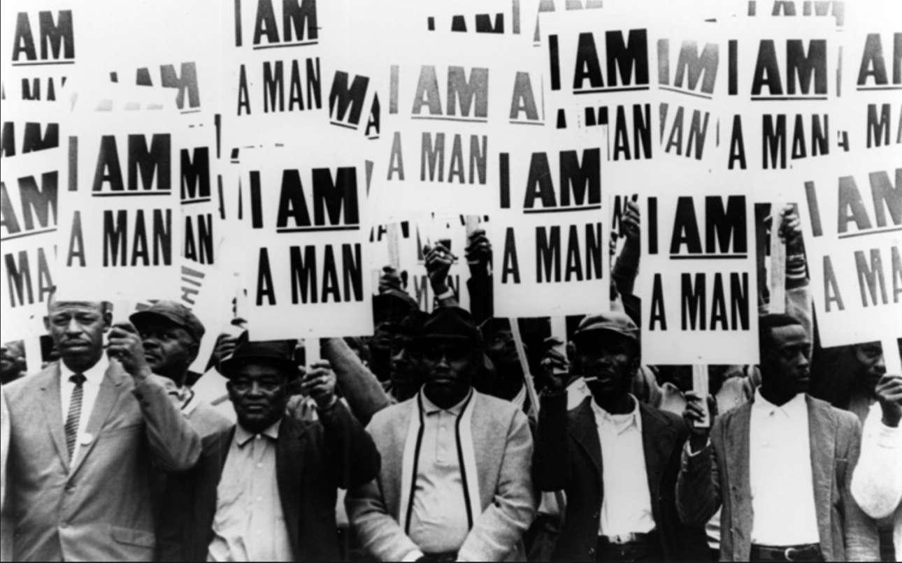 Εργαζόμενοι στη καθαριότητα στο Μέμφις των ΗΠΑ διαμαρτύρονται για τις επικίνδυνες εργασιακές συνθήκες και τις φυλετικές διακρίσεις, κρατώντας πλακάτ που γράφουν «Είμαι άνθρωπος»