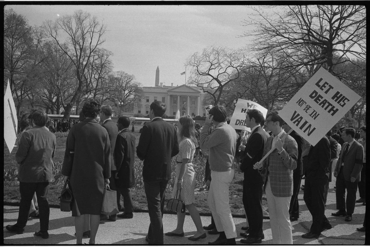 Διαδηλωτές με πλακάτ, ένα εκ των οποίων γράφει: «Ας μην είναι μάταιος ο θάνατός του», έξω από τον Λευκό Οίκο μετά τη δολοφονία του Μάρτιν Λούθερ Κινγκ