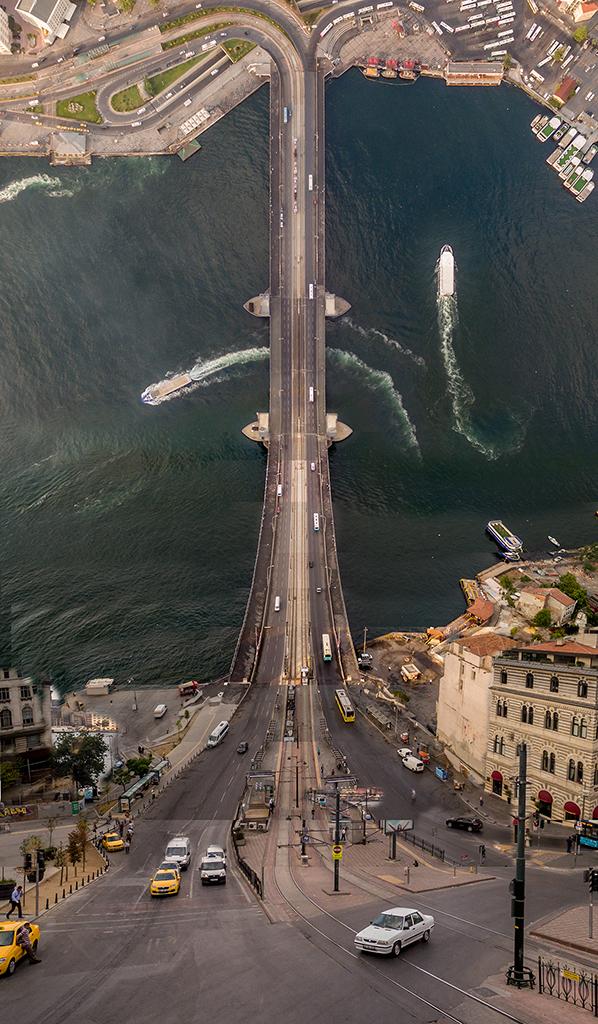 Η γέφυρα του Γαλατά μεταμορφωμένη σε τρενάκι του λούνα παρκ