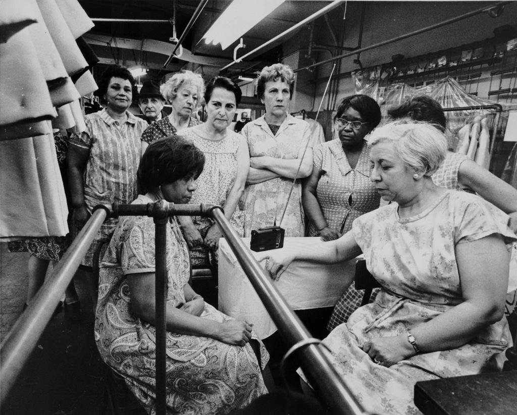 Υπάλληλοι του καταστήματος ρούχων Abe Schrader ακούν την κηδεία του Μάρτιν Λούθερ Κινγκ, από ένα φορητό ραδιόφωνο, στις 8 Απριλίου του 1968