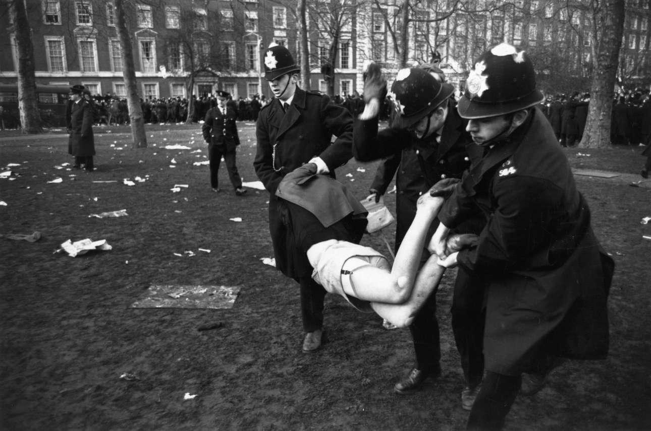 Αστυνομικοί απομακρύνουν βιαίως μία γυναίκα που συμμετείχε στις μεγάλες διαδηλώσεις στο Λονδίνο τον Μάρτιο του 1968,  κατά του πολέμου στο Βιετνάμ
