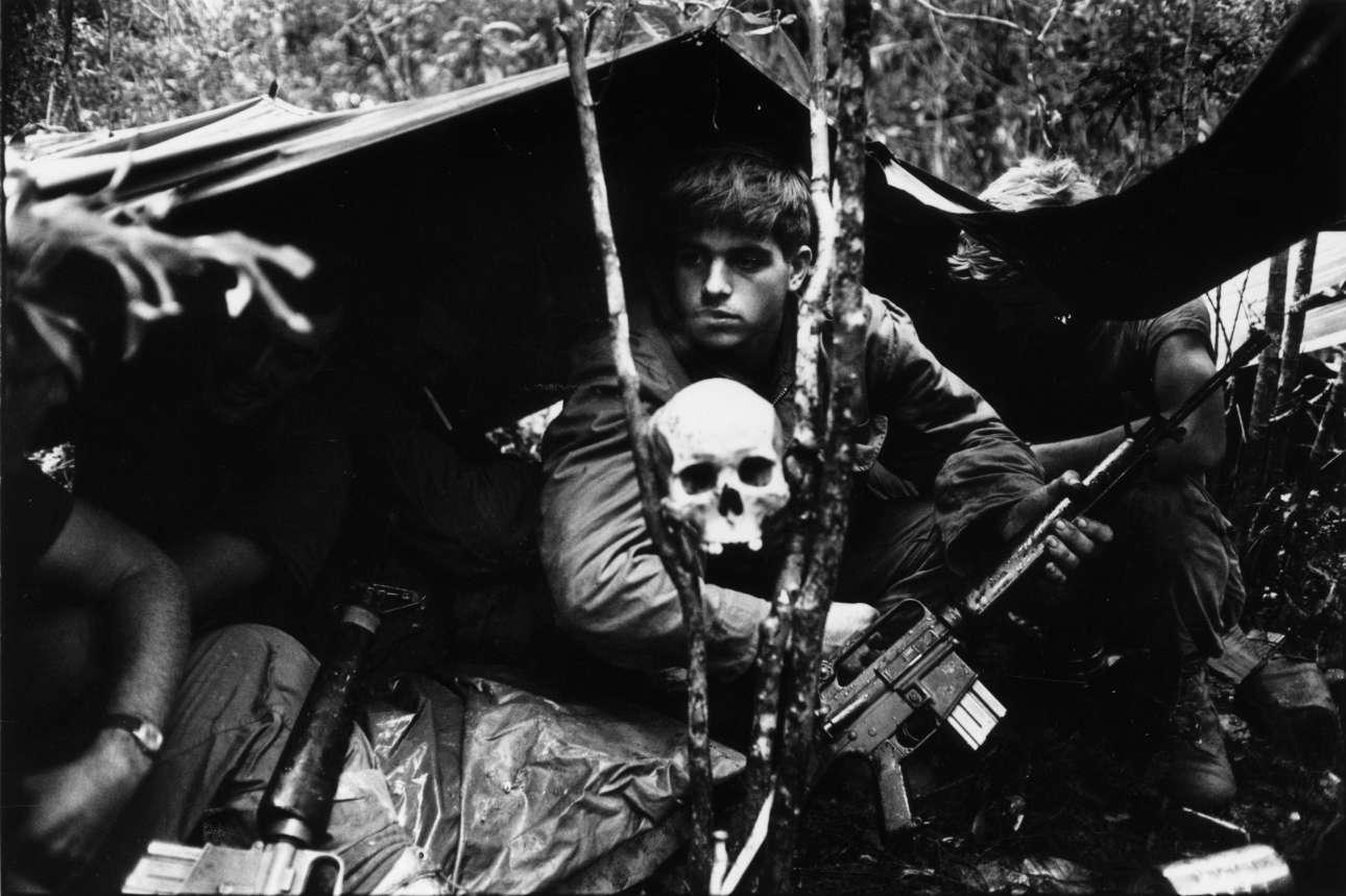 Ενα ανθρώπινο κρανίο φυλάει σκοπιά μαζί με τους αμερικανούς στρατιώτες που έχουν κατασκηνώσει στη ζούγκλα του Βιετνάμ, κατά τη διάρκεια του πολέμου