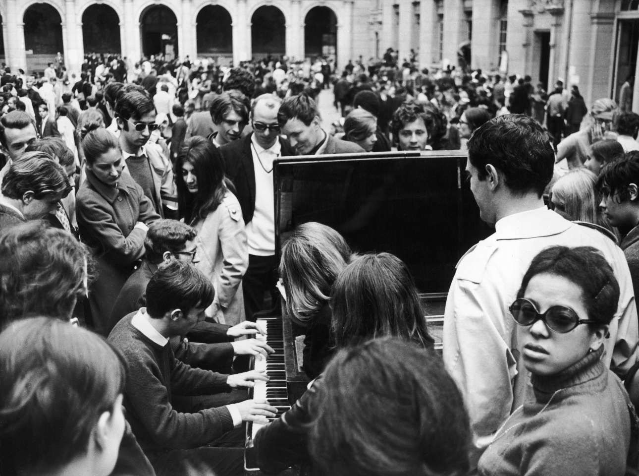 14 Μαϊου 1968. Φοιτητές καταλαμβάνουν την Σορβόννη με «όπλο» ένα πιάνο, κατά τη διάρκεια της εξέγερσης του Μάη του '68 στο Παρίσι