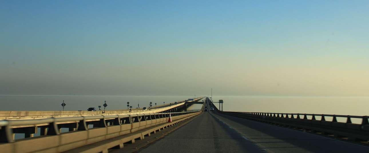 Η εικονιζόμενη γέφυρα δύο λωρίδων στη Λίμνη Pontchartrain Causeway κοντά στη Νέα Ορλεάνη, στην πολιτεία της Λουιζιάνα των ΗΠΑ, κατείχε παλιότερα το παγκόσμιο ρεκόρ Guinness για τη μεγαλύτερη υπερθαλάσσια γέφυρα. Αρχισε να κατασκευάζεται το 1956, άνοιξε τον Μάιο του 1969 και έχει μήκος 38,3 χλμ