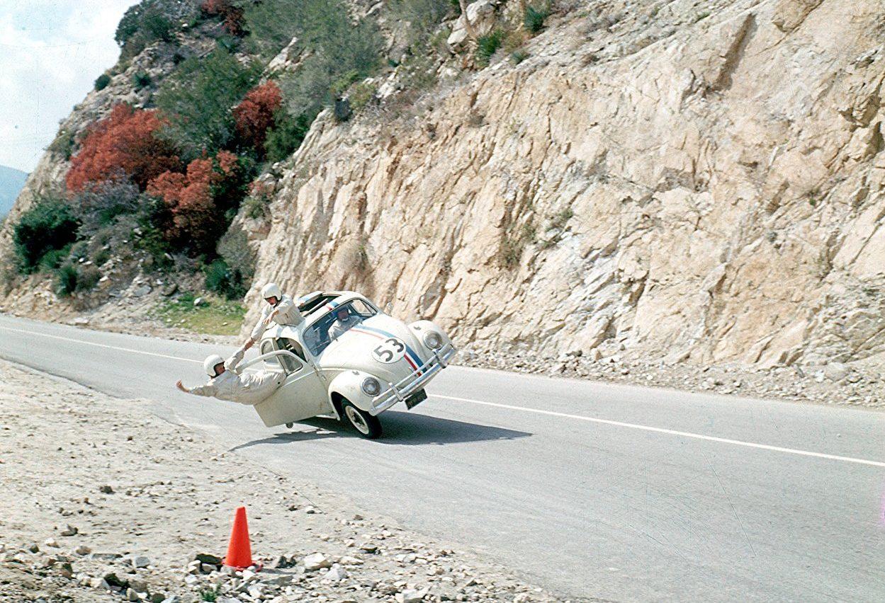 VW Beetle. Ο «Χέρμπι», ένα λευκό Beetle του 1962, με τον αριθμό «53» στις πόρτες του, ήταν ο πρωταγωνιστής της επιτυχημένης ταινίας «Κατσαριδάκι, αγάπη μου», του 1968. Η ιστορία λέει ότι κατά την επιλογή του μοντέλου η Disney, παραγωγός της εταιρείας, είχε να επιλέξει μεταξύ διαφόρων Toyota, Volvo, MG και TVR, μέχρις ότου το τελικά το Beetle πάρει τον ρόλο. Ευτυχώς!
