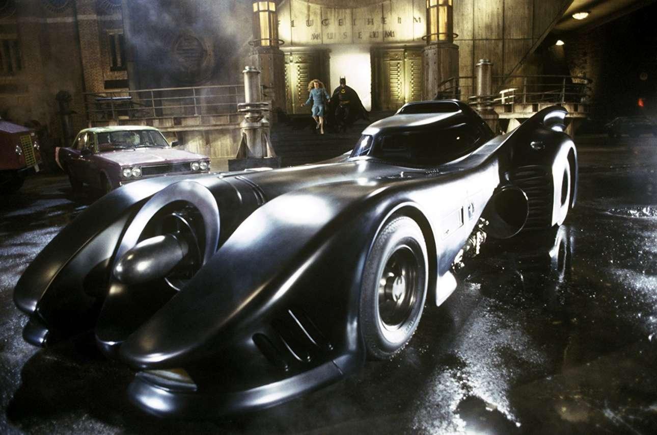 Batmobile. Τα Batman (1989) και Batman Returns (1992) είχαν ως πρωταγωνιστή τον Μάικλ Κίτον, με εχθρούς τους Τζακ Νίκολσον (Τζόκερ) και Ντάνι Ντε Βίτο (Πιγκουίνος). Σε αυτές τις ταινίες ο Μπάτμαν έχει ένα πραγματικά μεταμορφωμένο Chevrolet Impala, το οποίο φυσικά σε τίποτα δεν θυμίζει το αδιάφορο αμερικάνικο μοντέλο εξωτερικά, ενώ υποτίθεται πως κινείται με τη βοήθεια ενός κινητήρα… τζετ! Με την κλασική «τουρμπίνα» στο εμπρός μέρος του, σε συνδυασμό με τα πλαϊνά «φτερά» του, το καθιέρωσαν στη μνήμη των περισσότερων ως ΤΟ Batmobile