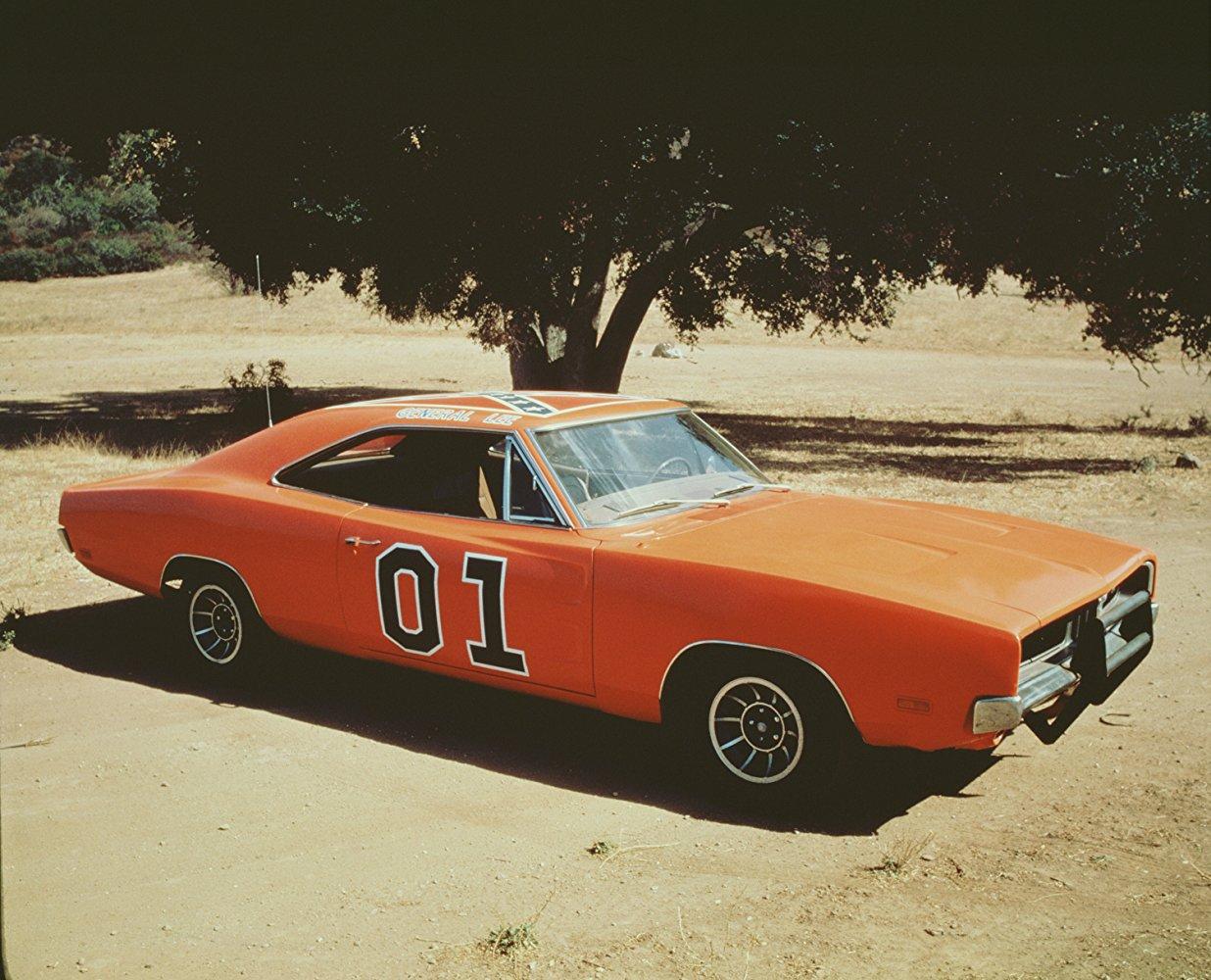 Dodge Charger R/T. Ισως το γνωστότερο αυτοκίνητο που έχουμε δει στον Κινηματογράφο και την Τηλεόραση, η πορτοκαλί Dodge Charger του 1969, ο γνωστός σε όλους μας «General Lee», πρωταγωνίστησε και στα 150 επεισόδια της σειράς, όπως και στην κινηματογραφική ταινία του 2005. Συνολικά, πάνω από 300 πορτοκαλί Charger υπολογίζεται ότι χρησιμοποιήθηκαν στα 6 χρόνια του τηλεοπτικού σόου