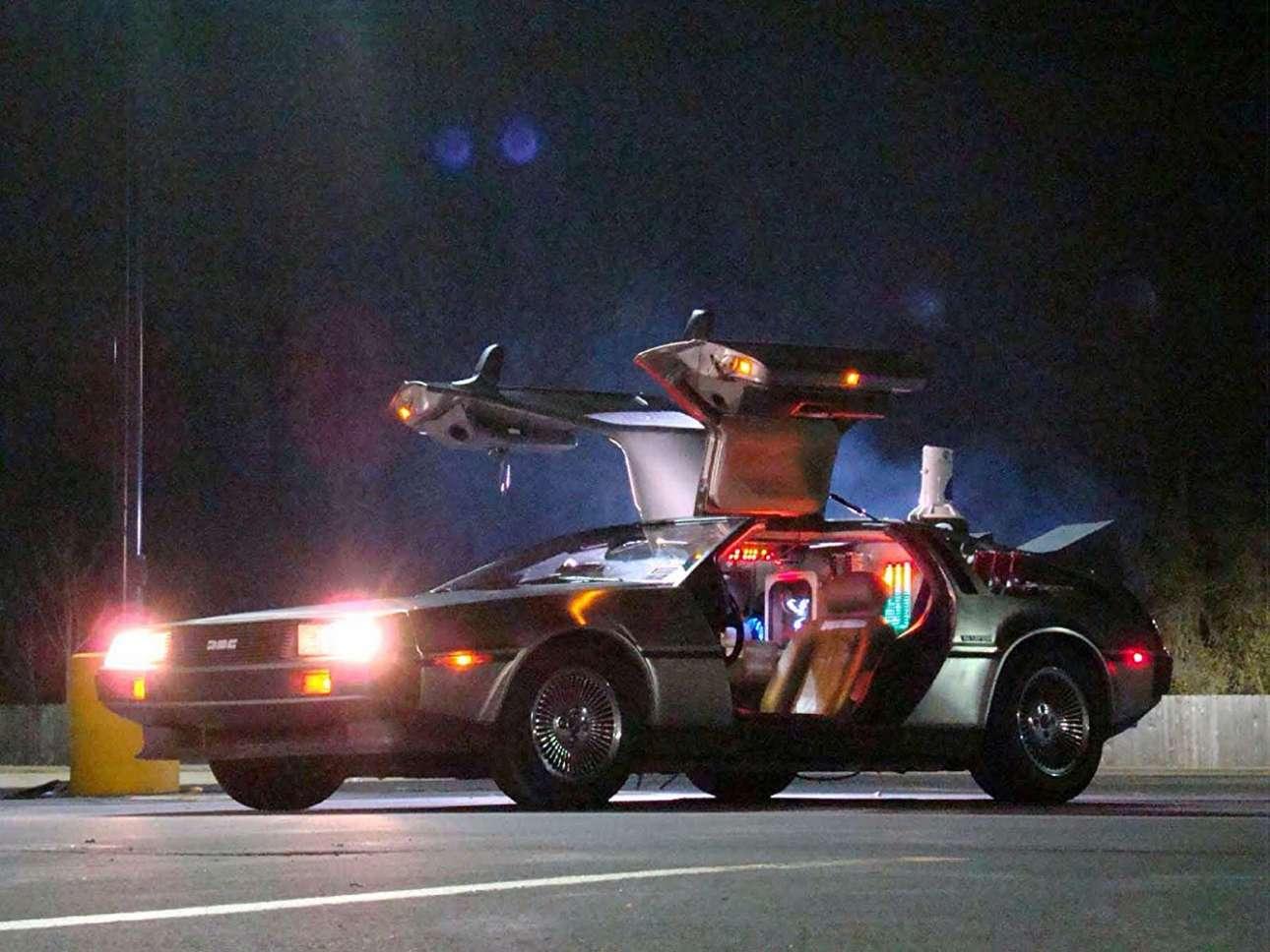 DeLorean DMC-12. Το μοναδικό μοντέλο στη βραχύβια ιστορία της DeLorean (1981-82), η φουτουριστική DMC-12, πρωταγωνίστησε στο φιλμ «Επιστροφή στο μέλλον». Για τις ανάγκες της ταινίας, αλλά και των δύο συνεχειών της (1989 και 1990), χρησιμοποιήθηκαν 6 DMC-12, με τον περίφημο ήχο τους από V8 κινητήρα στην ταινία να είναι προϊόν επεξεργασίας, αφού η Delorean φορούσε μικρότερα μοτέρ. Συναρμολογήθηκε σε ένα προάστιο του Μπέλφαστ και έβγαλε μόλις 9.000 κομμάτια, προτού σταματήσει την παραγωγή του