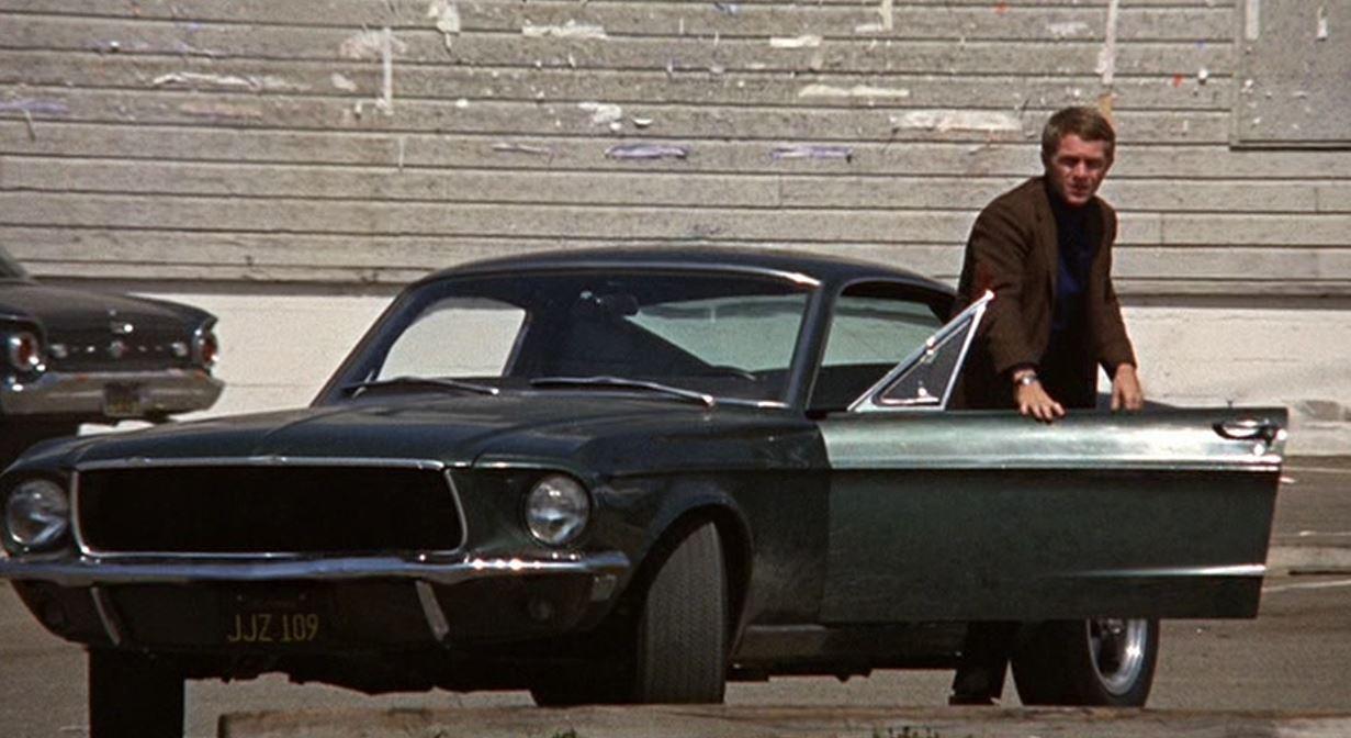 Mustang GT390. Οι παλαιότεροι σίγουρα θα θυμούνται τη σκηνή της καταδίωξης στην ταινία «Bullitt» (1968) με τον Στιβ Μακ Κουίν να οδηγεί μια πράσινη, σκούρα GT 390 Fastback και να κυνηγά ένα Dodge Charger R/T 440. Μάλιστα, δημοσιεύματα της εποχής ήθελαν τον Στιβ να μη δέχεται να ντουμπλαριστεί στα γυρίσματα, στους στενούς και εξαιρετικά ιδιαίτερους δρόμους του Σαν Φρανσίσκο, και να οδηγεί ο ίδιος τη Mustang. Το «κυνηγητό» διαρκεί, περίπου, 11 λεπτά