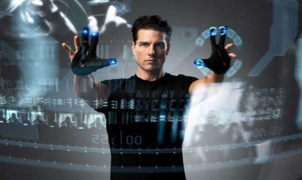 Ο Τομ Κρουζ με την τεχνολογία από το μέλλον που, εν έτει 2018, έγινε παρόν ( DreamWorks Pictures)