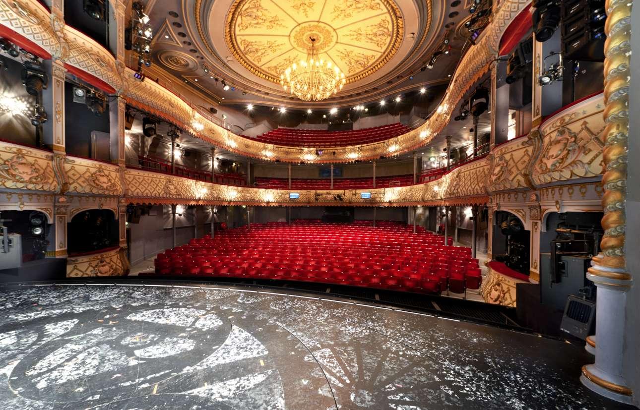 Από τα παλιότερα και σημαντικότερα θέατρα της Βρετανίας και πρώτη στέγη του Εθνικού της Θεάτρου, το Old Vic στη νότια πλευρά της γέφυρας του Γουότερλου