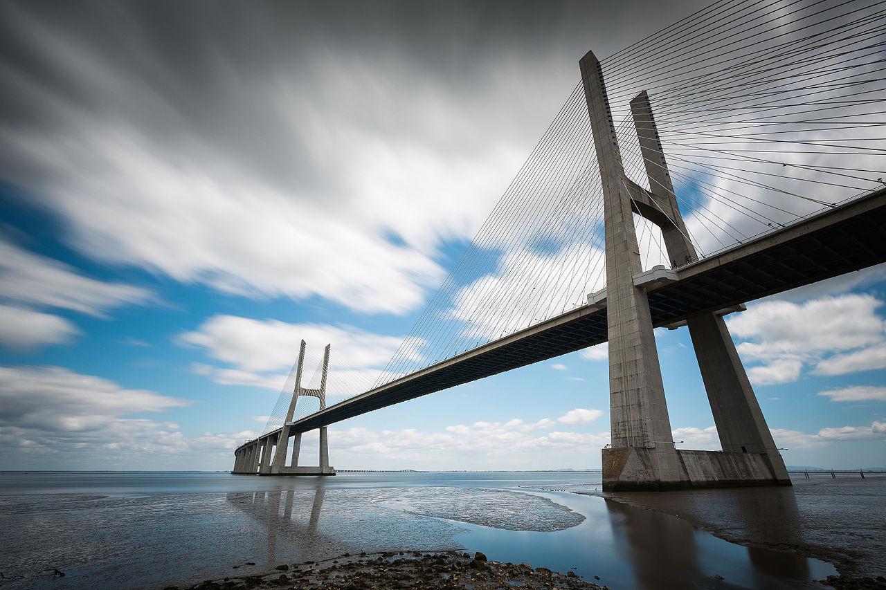 Η μεγαλύτερη γέφυρα της Ευρώπης βρίσκεται στη Λισαβόνα και έχει μήκος 12,3 χιλιόμετρα. Η γέφυρα «Βάσκο ντα Γκάμα» δόθηκε στην κυκλοφορία το 1998 για την επέτειο 500 χρόνων από την ανακάλυψη του θαλάσσιου δρόμου που συνέδεε την Ευρώπη με την Ινδία από τον εξερευνητή Βάσκο ντα Γκάμα
