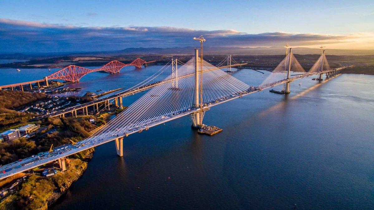 Ενα εντυπωσιακό σύμπλεγμα γεφυρών στη Σκωτία. Η νέα γέφυρα Queensferry Crossing που άνοιξε πέρσι ήρθε να συμπληρώσει τη γέφυρα Forth Road Bridge του 1964 και την παλιότερη σιδηροδρομική γέφυρα Forth Bridge του 1890