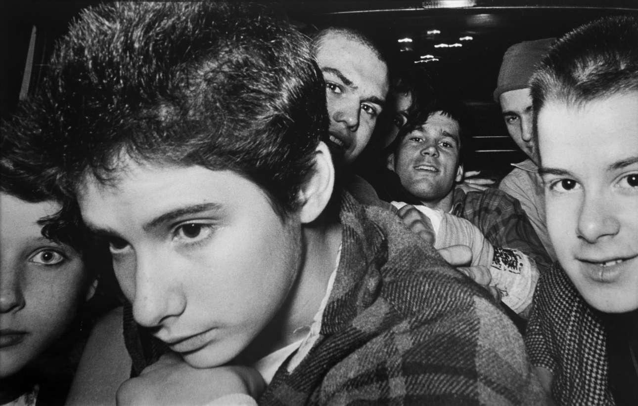 «8 πανκ ρόκερς μαζί με τον Ad-Rock από τους Beastie Boys»  [«8 Punk Rockers (with Ad-Rock from the Beastie Boys)], 1982. Ο φωτογράφος-ταξιτζής μελετούσε τι συμβαίνει στο πίσω κάθισμα, περιμένοντας την κατάλληλη στιγμή για να πατήσει το κλικ