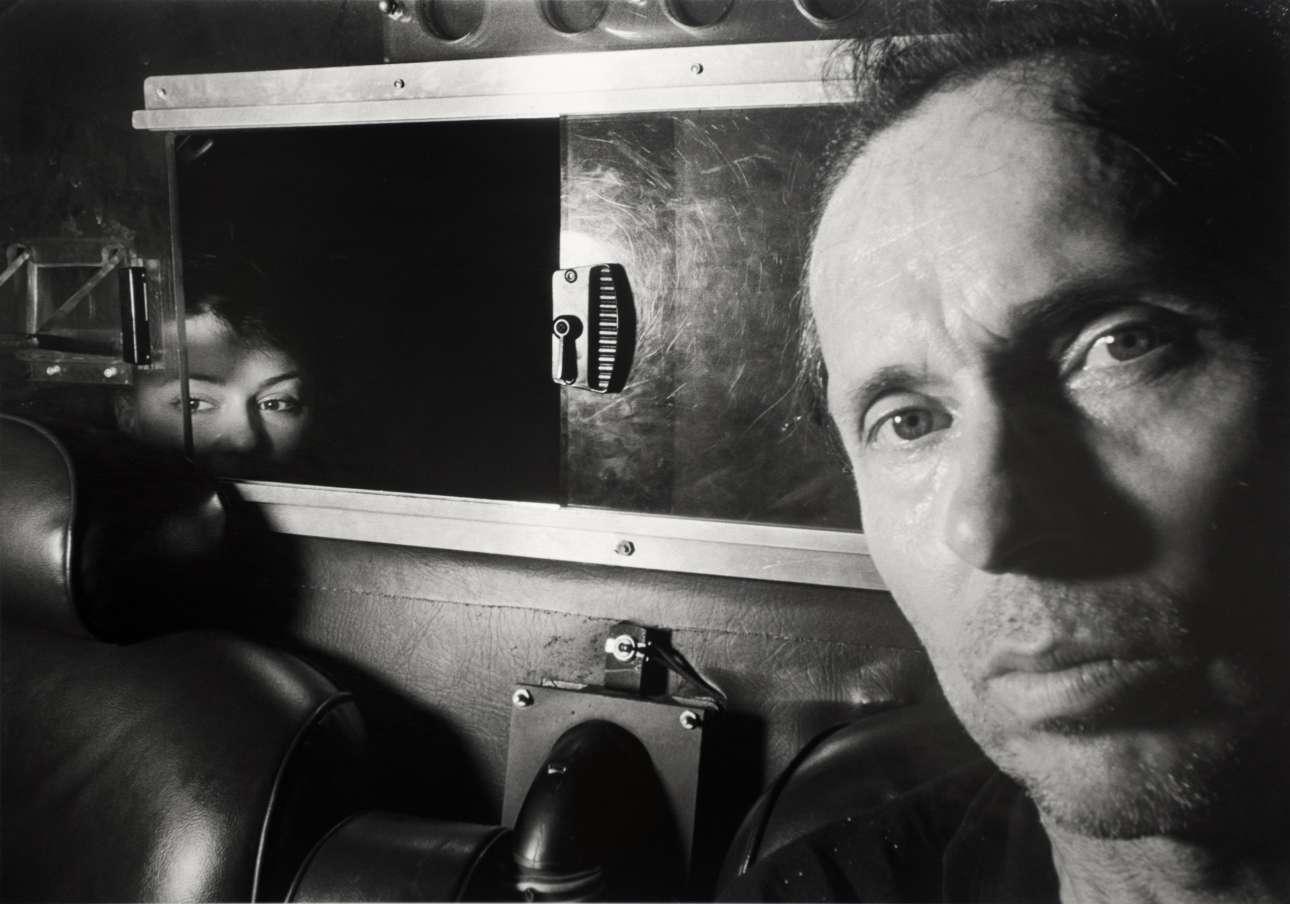«Η Μοναξιά της Μπροστινής Θέσης» («The Loneliness of The Front Seat»), 1997. Συχνά έβαζε και τον εαυτό του στο κάδρο, προάγγελος του φαινομένου των σέλφις πριν δεκαετίες