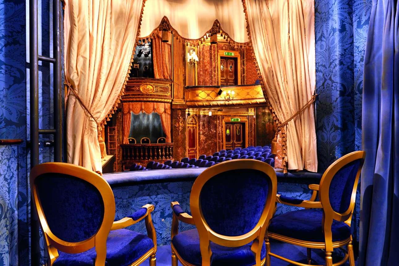 Το πολυτελές, βασιλικό θεωρείο του θεάτρου Royal, το οποίο ανακαινίστηκε ακολουθώντας τη διακόσμηση του Λουδοβίκου ΙΣΤ΄το 1904