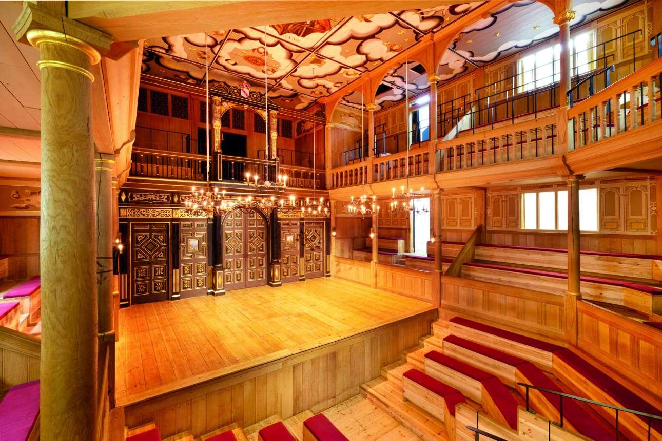 Το αδελφικό θέατρο του Shakespeare's Globe, το θέατρο Sam Wanamaker Playhouse, το οποίο φωτίζεται με κεριά και χωράει 350 θεατές. Συνήθως παρουσιάζει έργα της εποχής του Οίκου των Τυδώρ, μπαρόκ όπερα και βραδιές ποίησης