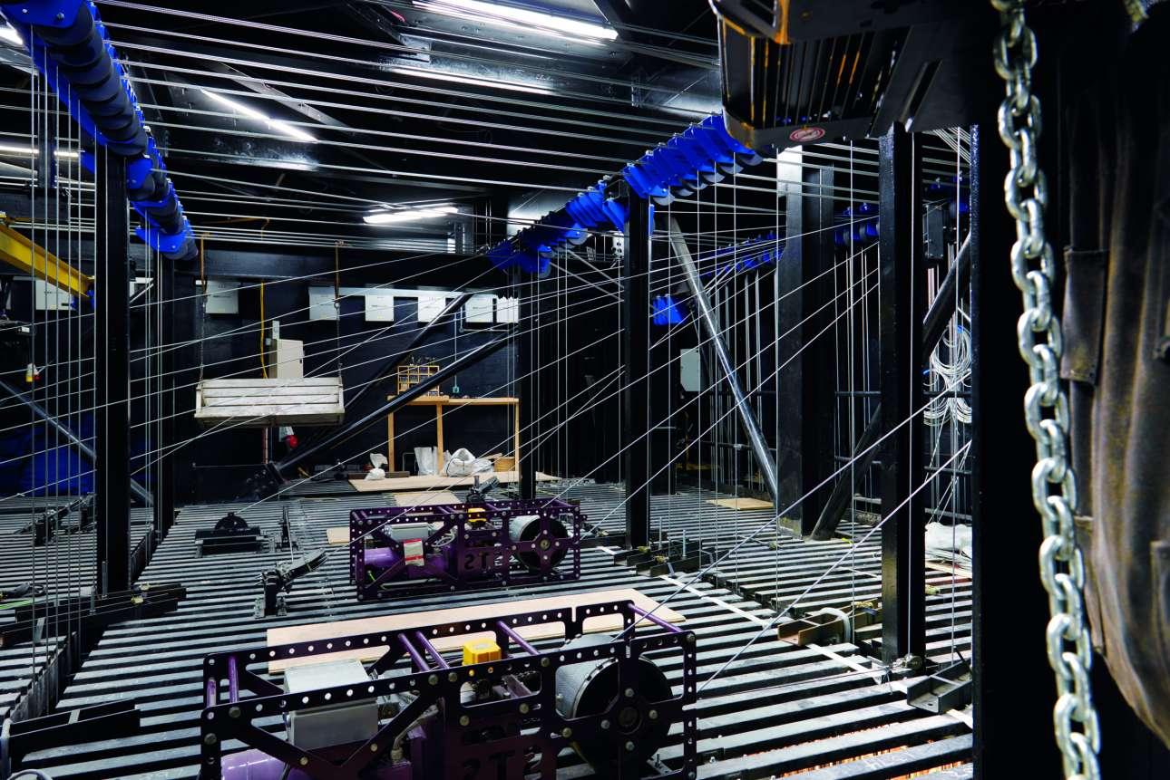 Η «τεχνική καρδιά» του θεάτρου Shaftesbury, ένα πλέγμα από ατσάλινα καλώδια και τροχαλίες πάνω από την σκηνή