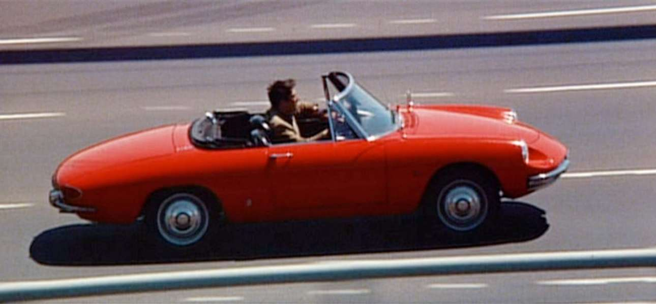 Alfa Romeo Duetto. Με επίσημη πρεμιέρα στο Σαλόνι της Γενεύης τον Μάρτιο του 1966 και «βαλμένη» πάνω στο σασί της κουπέ Giulia, η Duetto ή Osso di Seppia («κόκκαλο σουπιάς», από το σχήμα της ουράς της) φορούσε τον ξακουστό bi-albero με δύο διπλά καρμπιρατέρ Weber και απόδοση 109 αλόγων. Το 1967 η ταινία «Ο Πρωτάρης» («The Graduate»), με τον Ντάστιν Χόφμαν, κάνει πρεμιέρα στη Νέα Υόρκη σε δύο κινηματογράφους και κάνει την Alfa Romeo Duetto Spider διάσημη