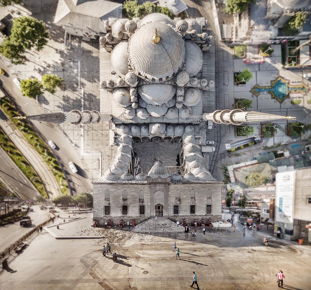 Από τα πιο διάσημα αρχιτεκτονικά μνημεία της Πόλης, το Γενί Τζαμί στο Εμίνονου. Το πρότζεκτ «Flatland», εμπνευσμένο από την ομώνυμη νουβέλα του 1884 που εξερευνεί τις διαστάσεις, έχει παρουσιαστεί σε εκθέσεις ανά τον κόσμο