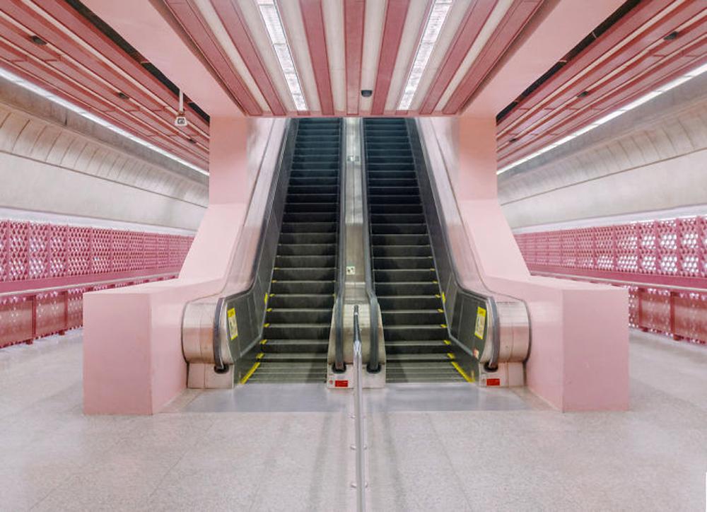 Συμμετρία και το παστέλ ροζ που προτιμάει ο Αντερσον, σε σταθμό του μετρό της Σιγκαπούρης