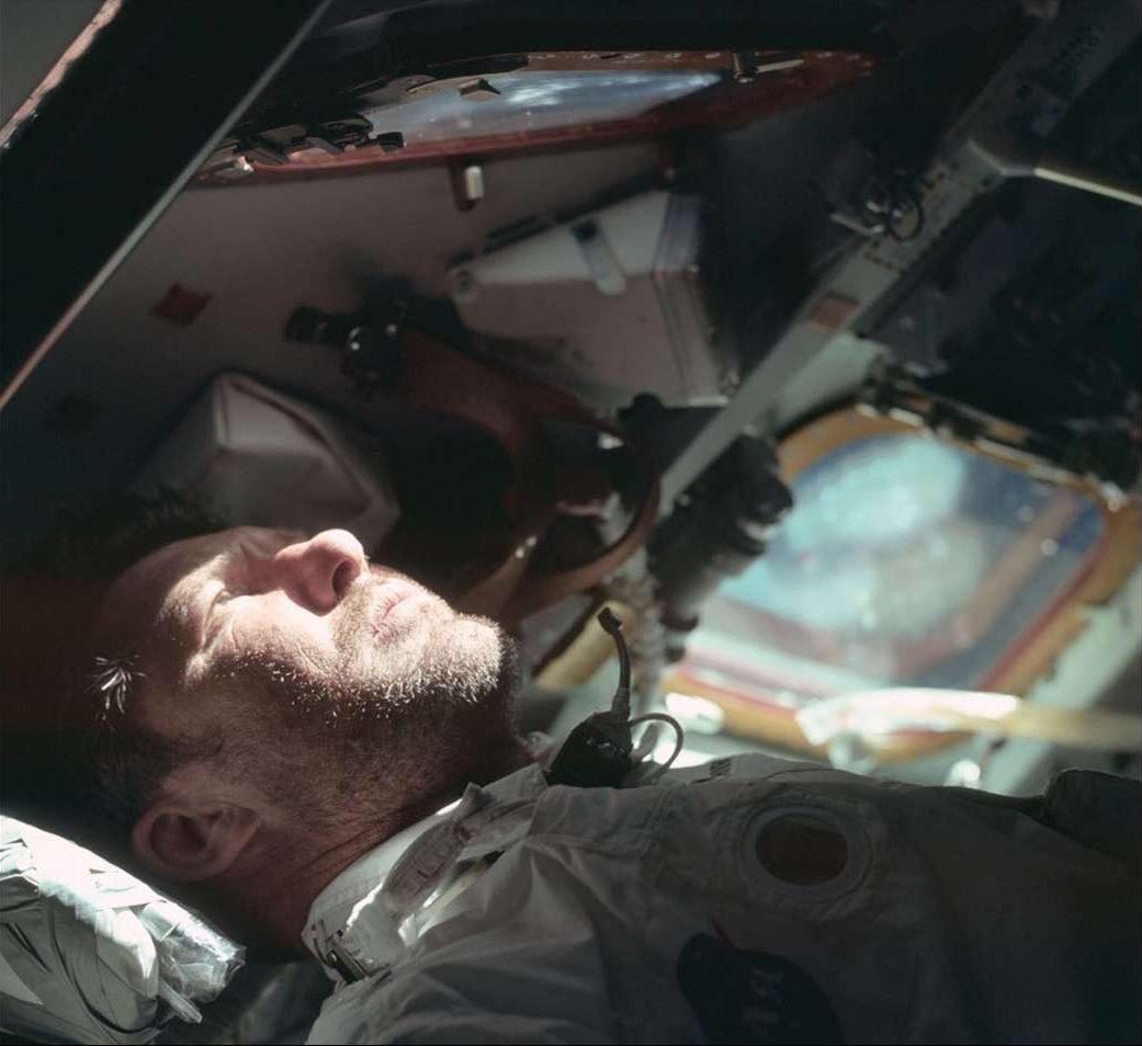 Ο αστροναύτης Γουόλτερ Μ. Σίρα κοιτάζει έξω από το παράθυρο του διαστημοπλοίου, στις 20 Οκτωβρίου του 1968. Η αποστολή Apollo 7 ήταν η πρώτη που μετέφερε πλήρωμα: έκανε 163 περιστροφές γύρω από τη Γη σε 10 ημέρες και προετοίμασε το έδαφος για το Apollo 8 με προορισμό τη Σελήνη