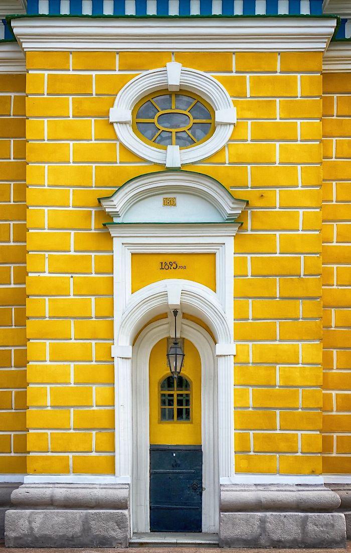 Μία κίτρινη είσοδος στο Κίεβο της Ουκρανίας