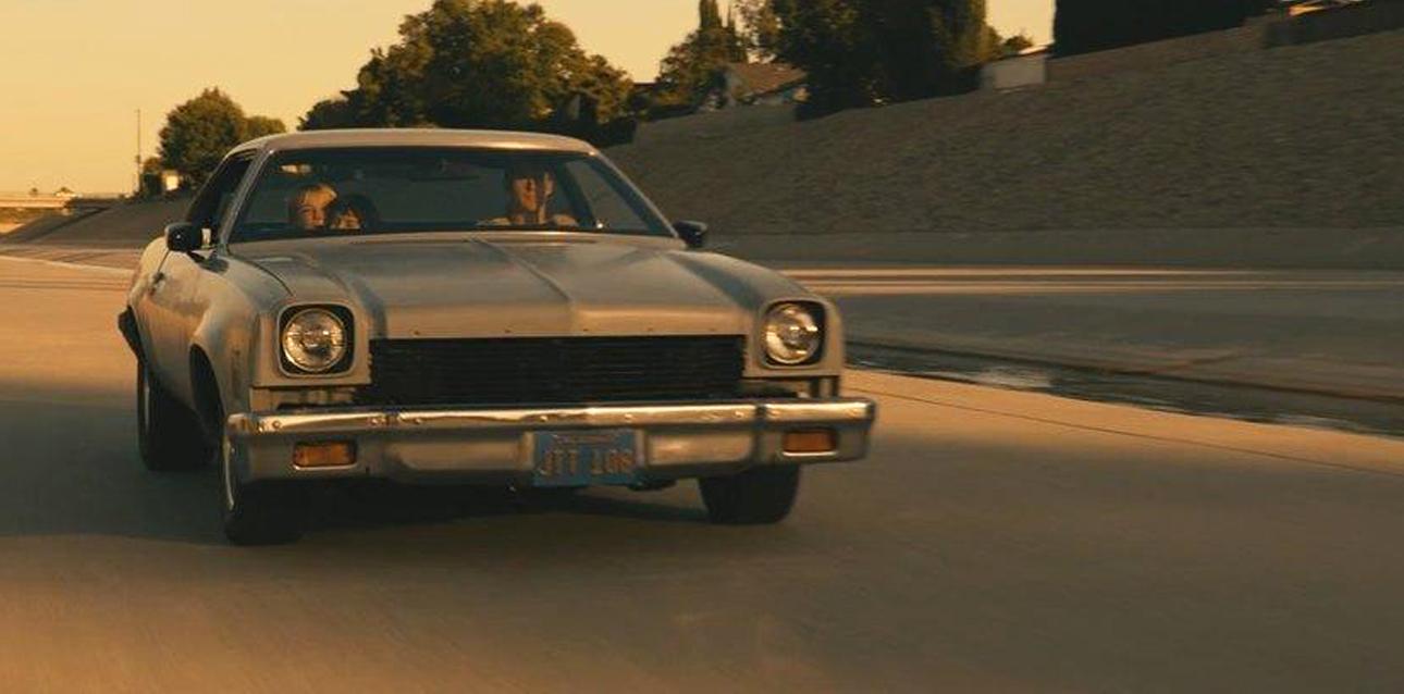 Chevrolet Chevelle Malibu. Ο Οδηγός κάνει δυο δουλειές: τη μέρα εργάζεται ως κασκαντέρ σε ταινίες και τη νύχτα οδηγεί αυτοκίνητα που συμμετέχουν σε ληστείες τραπεζών. Δεν έχει σημασία σε ποια απ' τις δυο εργασίες βρίσκεται, ο Οδηγός νιώθει άνετα μόνο πίσω απ' το τιμόνι ενός αυτοκινήτου. Το Chevrolet Chevelle Malibu είναι το αυτοκίνητο που οδηγείται από τον Ράιαν Γκόσλινγκ στο «Drive», μια ταινία του 2011. Το περίφημο αυτοκίνητο ανήκε πραγματικά στον καναδό ηθοποιό