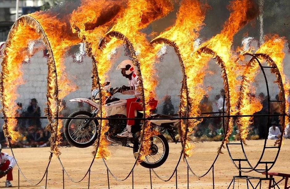 Παρασκευή, 26 Ιανουαρίου, Ινδία. Επικίνδυνα κόλπα κατά τη διάρκεια του εορτασμού για την Ημέρα της Δημοκρατίας στην πόλη Μπανγκαλόρ
