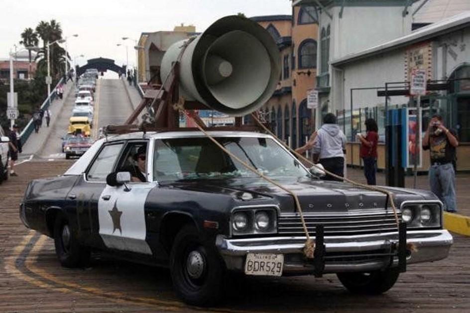 Dodge Monaco. Eίναι ένα περιπολικό - έστω και πρώην: το Bluesmobile. Eνα Dodge Monaco του 1974 με… «μπατσικό μοτέρ, μπατσικά λάστιχα, μπατσική ανάρτηση. Ενα μοντέλο κατασκευασμένο πριν από την εποχή των καταλυτών, που καίει και απλή βενζίνη», όπως εξηγεί και ο Ελγουντ Μπλουζ στον αδερφό του, Τζέικ… Τραβάει τα πάνδεινα στην ταινία, ξεφεύγει από ένα από τα μεγαλύτερα κυνηγητά στην ιστορία του Κινηματογράφου, κουβαλάει ευμεγέθη ντουντούκα χωρίς πρόβλημα κι άμα λάχει πηδάει και γέφυρες