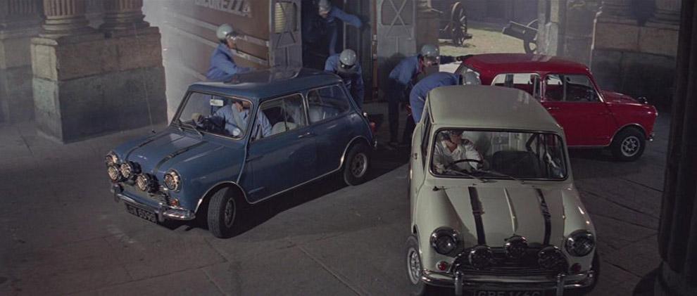 Mini Cooper S. Μεγάλοι πρωταγωνιστές και των δύο ταινιών «The Italian Job» ήταν τα τρία Austin Mini Cooper S (3 MINI Cooper S, στη δεύτερη) στα χρώματα της βρετανικής σημαίας (κόκκινο, άσπρο και μπλε). Μάλιστα, στην πρώτη ταινία και σε όλες τις σκηνές με την καταδίωξη των Mini, τα τρία αυτοκίνητα παρέμειναν συνεχώς στην παραπάνω χρωματική σειρά, την ίδια δηλαδή με αυτή της σημαίας της Βρετανίας