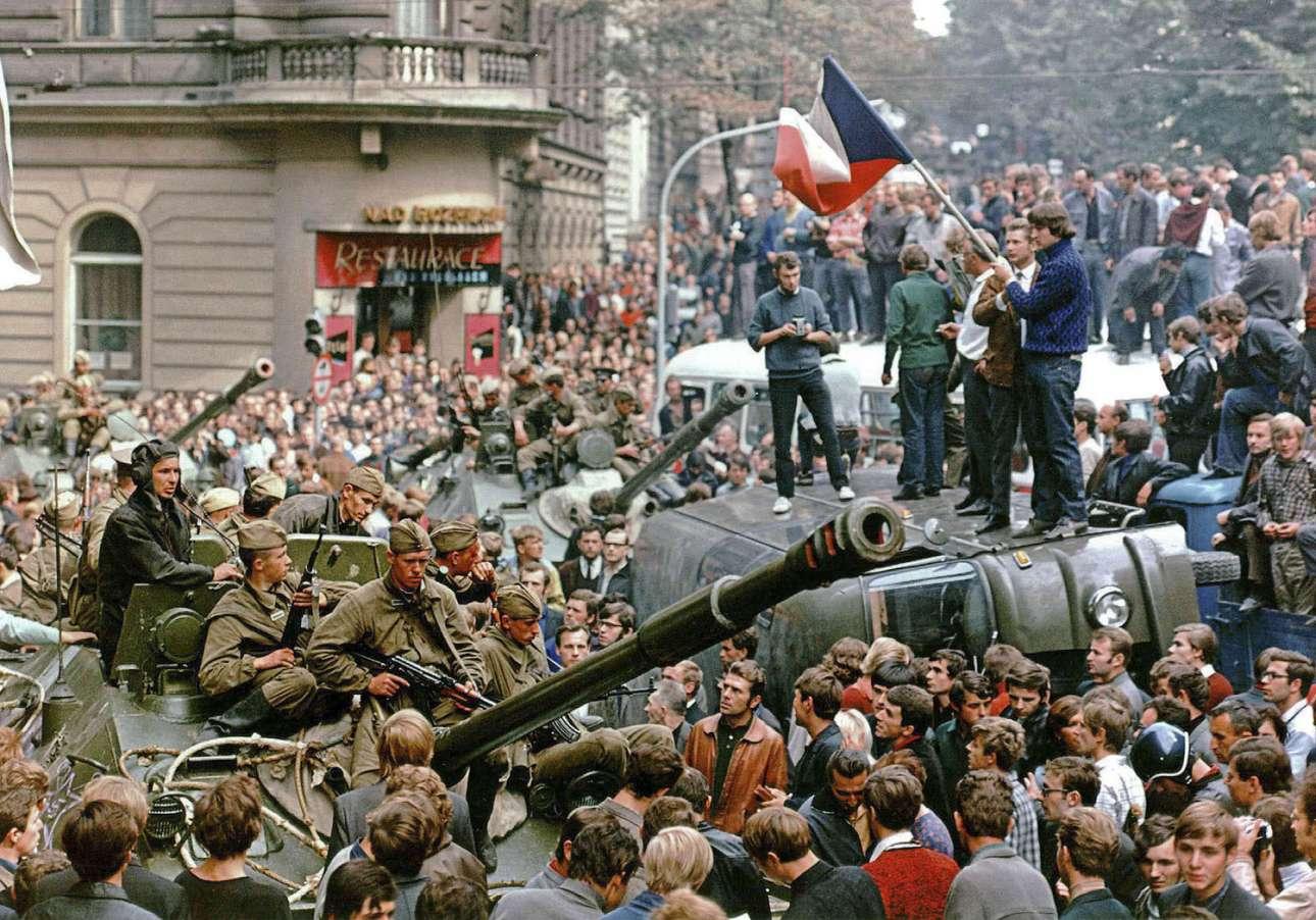 21 Αυγούστου του 1968. Πρώτη ημέρα της σοβιετικής εισβολής στην Τσεχοσλοβακία και κάτοικοι της Πράγας περικυκλώνουν τα σοβιετικά τανκς, έξω από το κτίριο του κρατικού ραδιοσταθμού