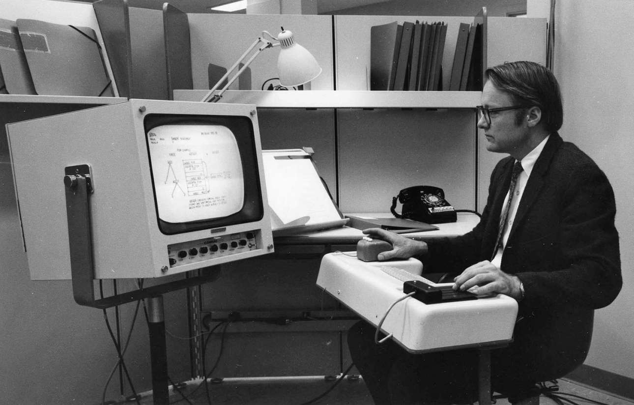 Ο μηχανικός Μπιλ Ινγκλις ετοιμάζεται να παρουσιάσει το πρώτο «ποντίκι» υπολογιστή, μία τεχνολογία συνώνυμη με τη μοντέρνα πληροφορική
