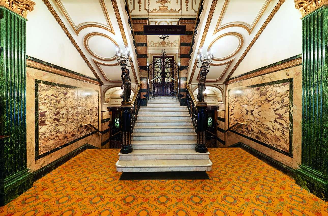 Το φουαγιέ του θεάτρου Novello με την εντυπωσιακή μαρμάρινη σκάλα και την κουπαστή από σφυρήλατο σίδερο, από τα πιο χαρακτηριστικά φουαγιέ στο Γουέστ Εντ του Λονδίνου