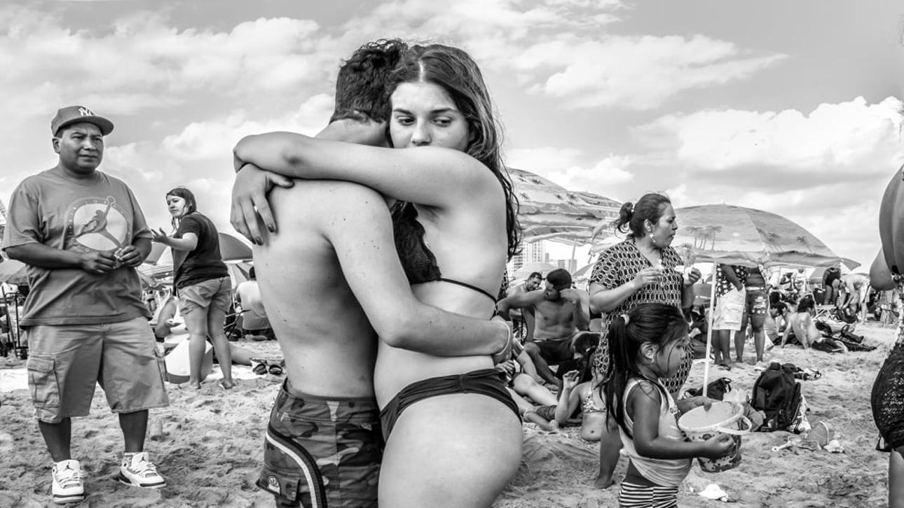 «Φωτογράφος Ανθρώπων και Πορτρέτου της Χρονιάς». Ο φωτογράφος Yunis Tmeizeh από την Μελβούρνη αιχμαλώτισε αυτά τα ειλικρινή, προσωπικά στιγμιότυπα στο Κόνι Αϊλαντ της Νέας Υόρκης