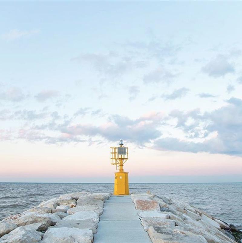 Ο φάρος στην παραθαλάσσια ιταλική πόλη Ρίμινι, με θέα την Αδριατική