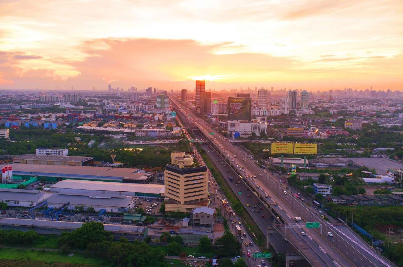 Η υπερυψωμένη εθνική οδός με έξι λωρίδες και μήκος 55 χλμ στην Ταϊλάνδη, γνωστή και ως Burapha Withi Expressway
