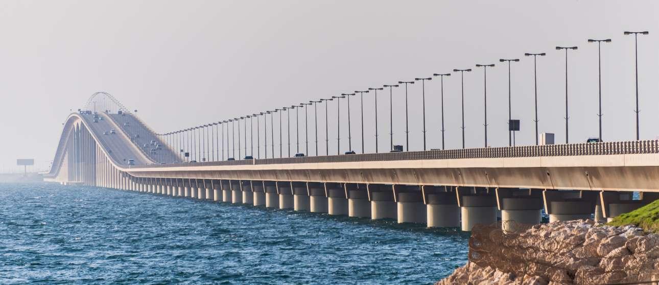 Η γέφυρα «Βασιλιάς Φαχντ» μήκους 25 χιλιομέτρων άνοιξε το 1986 και ενώνει τη Σαουδική Αραβία με το Μπαχρέιν. Εξαιτίας της απαγόρευσης οδήγησης γυναικών στη Σαουδική Αραβία που υπήρχε εδώ και πολλά χρόνια, ήταν η μοναδική γέφυρα στον κόσμο όπου οι γυναίκες από το Μπαχρέιν μπορούσαν να οδηγούν σε αυτή, αλλά θα παραβίαζαν τον νόμο αν την διέσχιζαν μέχρι το άλλο άκρο και έφταναν στη Σαουδική Αραβία