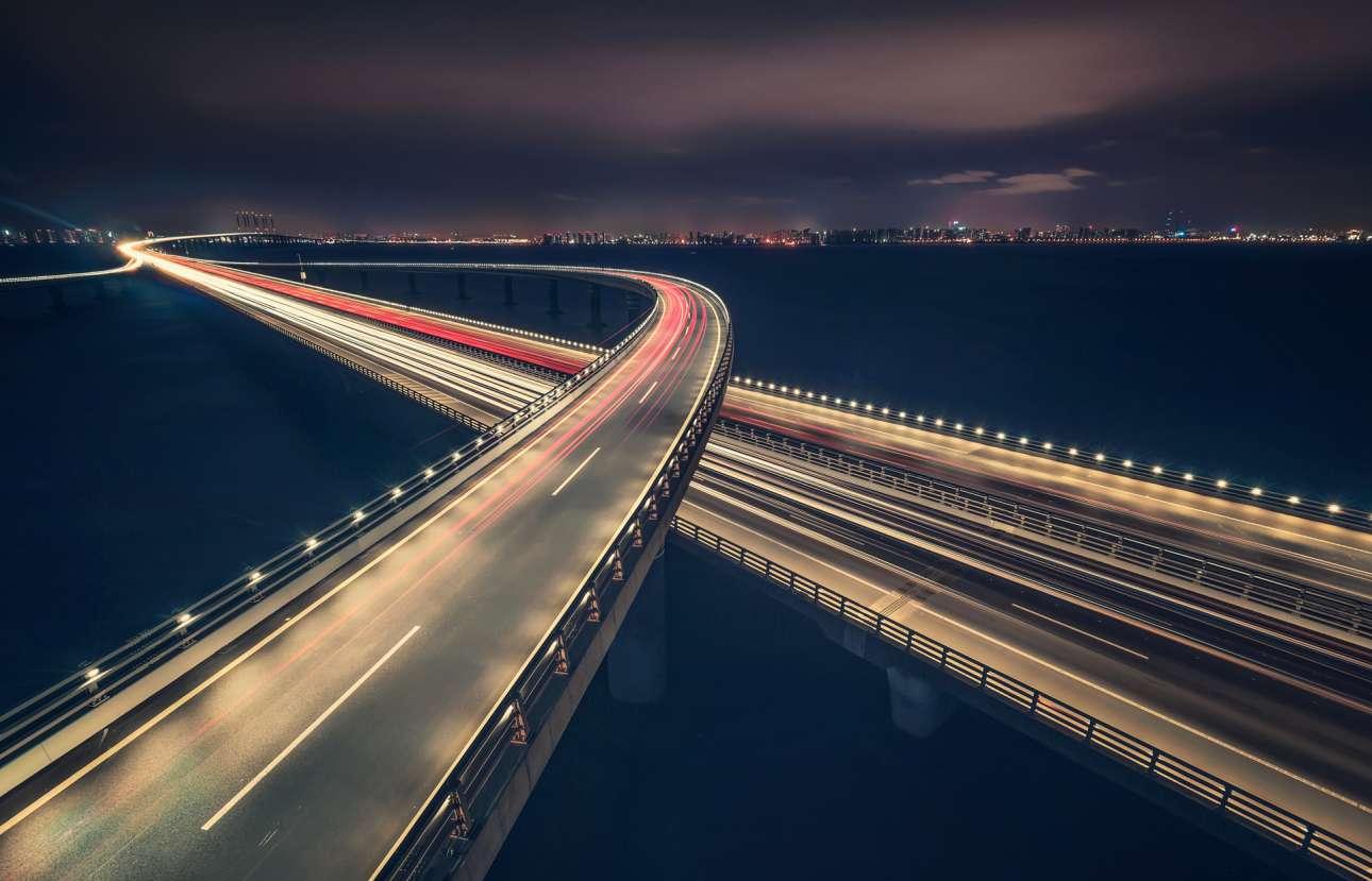 Τα 42,4 χιλιομέτρα της εντυπωσιακής γέφυρας  Jiaozhou Bay στην παραθαλάσσια επαρχία Σαντόνγκ της Κίνας συνδέουν την πόλη Τσινγκτάο με το νησί Χουανγκντάο, στον κόλπο Ζιαοζού