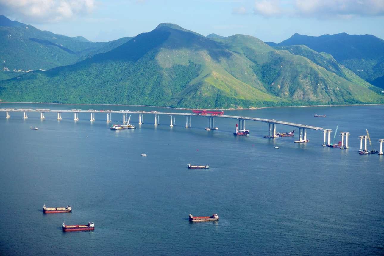 Η εικονιζόμενη επάνω γέφυρα της Κίνας συνδέει τα εμπορικά κέντρα του Χονγκ Κονγκ και του Μακάο με το Ζουχάι. Εχει συνολικό μήκος 55 χιλιομέτρων και διασχίζει τον ποταμό Τζουτζιάνγκ